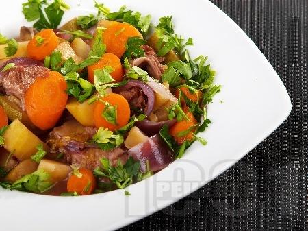 Варено говеждо месо с картофи, ябълки, сини сливи и бира в тенджера под налягане - снимка на рецептата